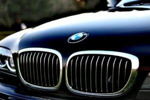 黒のBMW普通車のフロントアップとBMWのロゴ
