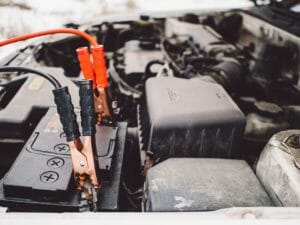 車のフロントに設置されたバッテリーを横から写している